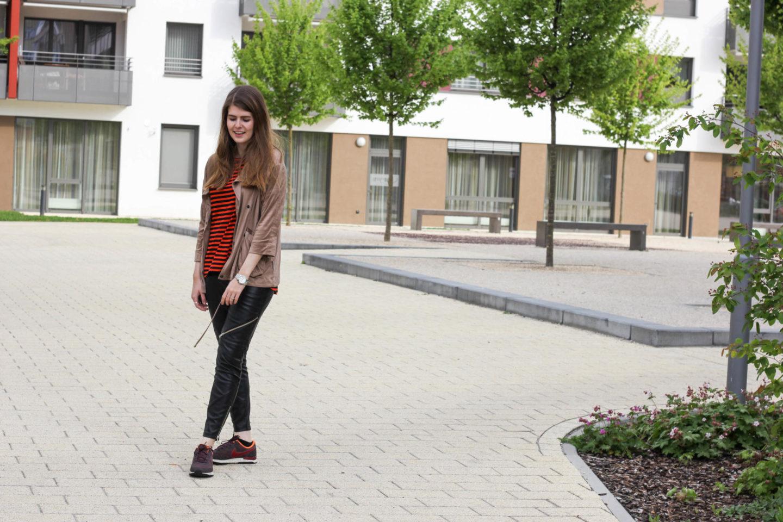 Lederhose und Sneaker