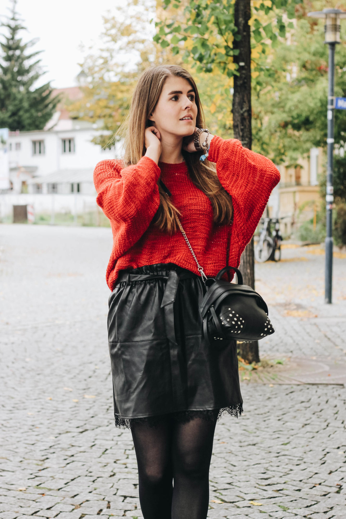 Outfit: Lederrock & roter Strickpullover